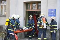 EVAKUACE PACIENTU. V nemocnici horí! Vcera v deset hodin vypukl požár ve Svitavské nemocnici. Naštestí ale jen jako. Šlo o taktické cvicení profesionálních a dobrovolných hasicu a personálu Svitavské nemocnice.