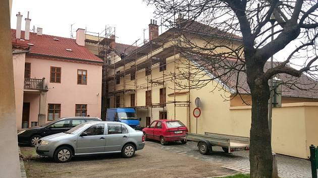 Oprava střechy na domě v Bránské ulici už začala.