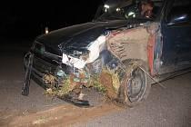 U Moravské Třebové předjížděl řidič s felicií nákladní soupravu Volvo. Narazil do dopravního zařízení, které ho vymrštilo na předjížděný kamion