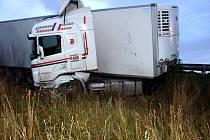 Kamion v příkopu.