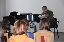 Spisovatel Ivan Klíma se setkal v Litomyšli se studenty Gymnázia Aloise Jiráska. Po besedě podepisoval své knihy.
