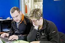 Josef Marek (vlevo) ve své současné nejčastější činnosti - organizaci závodu. V tomto případě jde o Štěpánský kros, s prezentací mu pomáhá Martina Stodolová.