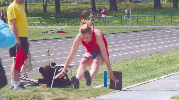 JANA EHRENBERGEROVÁ si na domácích  závodech zlepšila svůj osobní rekord skokem dlouhým 505 cm.