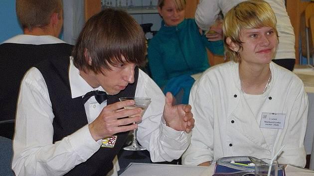 Karel Zapalač, člen prezidia České barmanské asociace, vyučuje ve školním baru  poličské střední odborné školy.