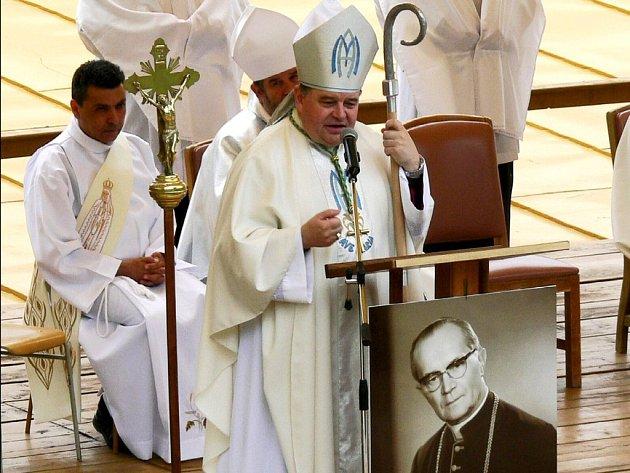 Biskup Dominik Duka vzpomínal při slavnostní bohoslužbě také na biskupa Josefa Hloucha, kterého drželi komunisté pět let v koclířovském klášteře.