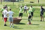Ze zápolení fotbalgolfistů na hřišti u Primátorské hráze v Litomyšli.
