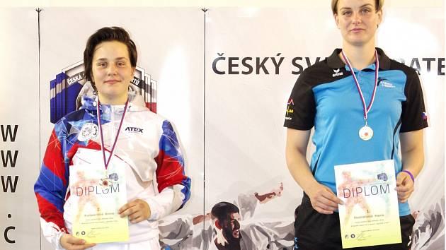 Litomyšlská karatistka (nalevo) se svojí přemožitelkou Hanou Dostálovou (SK Karate Shotokan Liberec).