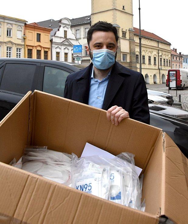 Jan Smejkal daroval krabici respirátorů i v prodejnách v Litomyšli.
