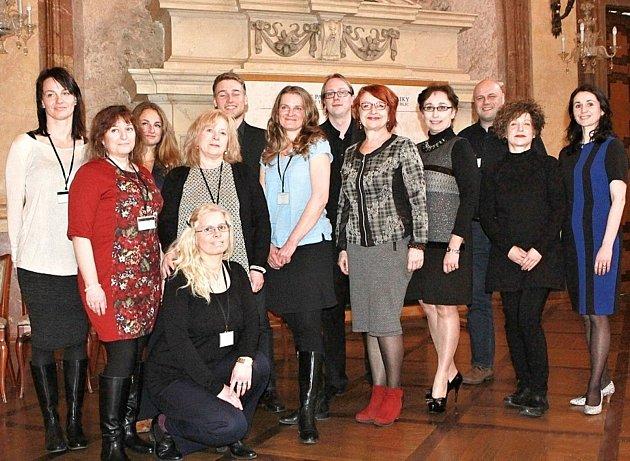 Farní charitu v Litomyšli a celý její pracovní tým zastupovala Martina Soukupová (v modrém uprostřed).