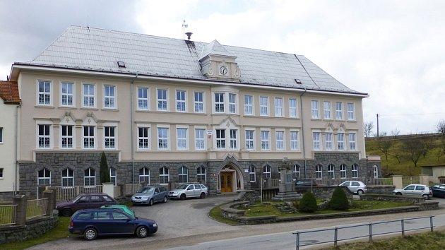 Budova školy s pomníkem válečných veteránů dostavěná před koncem dvacátých let