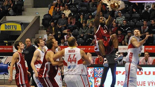 Basketbalisté Svitav na palubovce Pardubic.