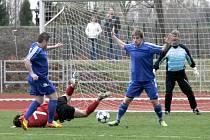 PŘED VETERÁNEM Josefem Ehrenbergerem bylo v některých fázích zápasu živo, ale zkušený gólman míč za záda nepustil.