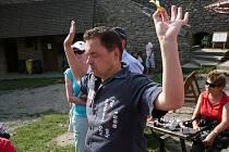 Jaroslav Němec snědl nejvíce slezských knedlíků na soutěži v Jeseníku. V na hradě Starý Jičín se pro změnu ládoval houskovými knedlíky s rajskou omáčkou.