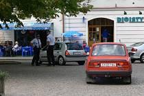 Strážníci v Litomyšli kontrolují, jestli řidiči dodržují nové omezení na náměstí
