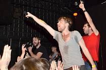 Spolupráce kapel Nebe a Jelen je unikátní. Diváky v Kotelně o tom přesvědčili zpěváci Jindra Polák (vpravo) a Petr Harazin (uprostřed)..
