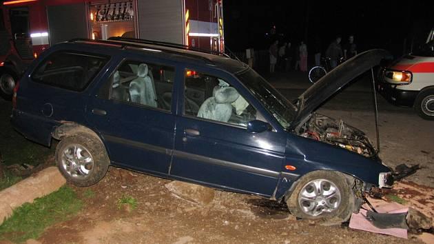 Mladý řidič způsobil zranění celé posádce vozu.