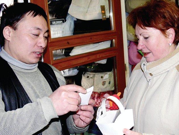 LIBUŠE ŠVECOVÁ si včera odnášela ze svitavského obchodu dárek. Od Sonyho dostala zelený čaj a plyšovou myš, která symbolizuje příchod nového lunárního roku.