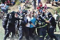 DEN S POLICIÍ A  ARMÁDOU zažili včera  lidé v Budislavi.  Viděli, jak  zasahují policisté  při demonstraci. Vojáci přivezli svoji techniku. Profesionální hasiči předvedli zásah u dopravní nehody a vyproštění zraněného člověka.