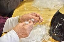 DRANÍ PEŘÍ je jedna z tradic, kterou drží už roky v Sebranicích.