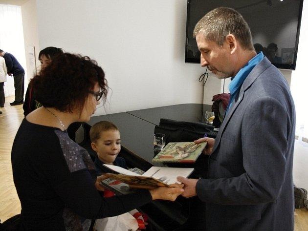 Martin Sodomka podepisuje jednu ze svých knih