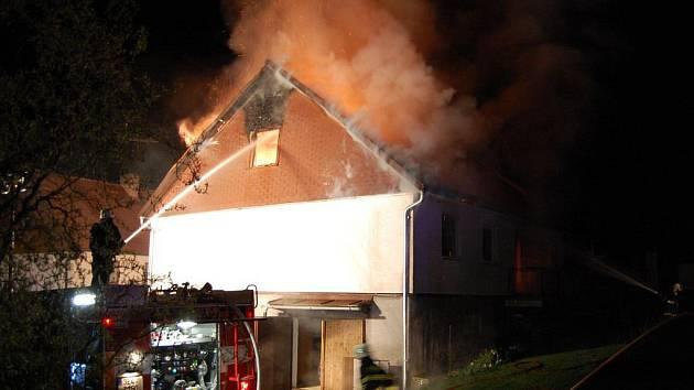 Při požáru domu v Opatově zahynuli dva lidé.