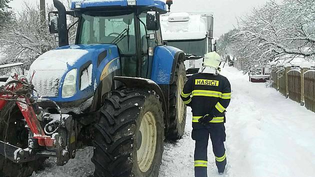 Dopravu v regionu zkomplikovalo v úterý ráno husté sněžení.