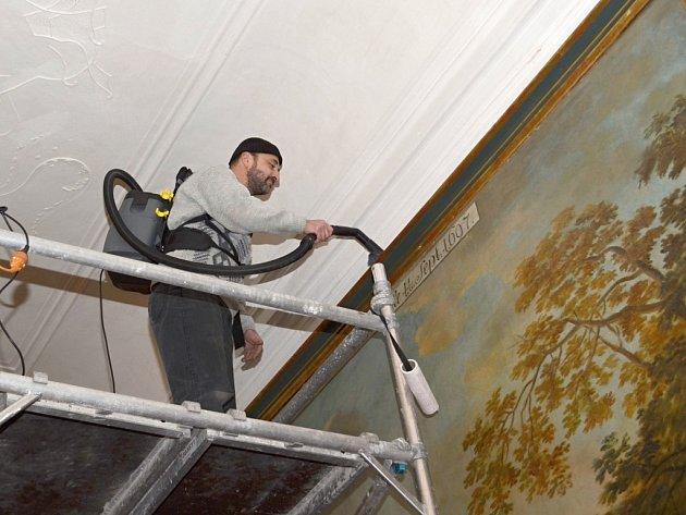Utřít nepořádek z rámu v obývacím pokoji není těžké. Na zámku to však znamená postavit lešení a vylézt několik metrů do výšky.