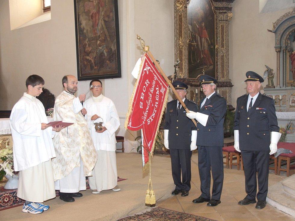 V sobotu začaly oslavy 140. výročí založení Sboru dobrovolných hasičů v Bystrém mší a svěcením kopie historického praporu v místním kostele.