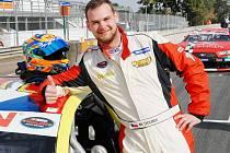 Šampionát cestovních vozů NASCAR, který se jezdí na oválech v USA, má svoje místo rovněž na evropském kontinentu. Od loňského roku ho jezdí i český pilot Martin Doubek.