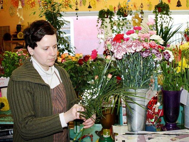 Dnes slavíme MDŽ! Kupte ženě květinu.