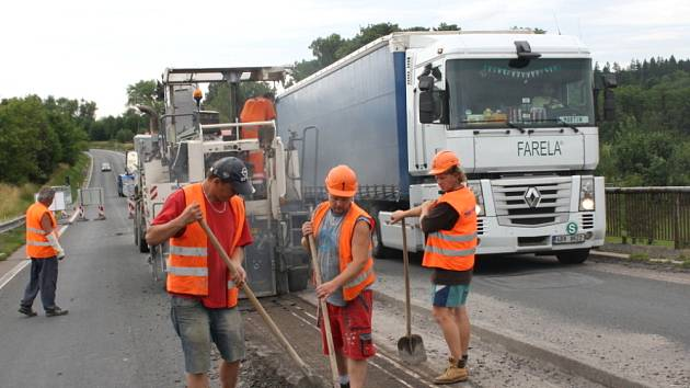 Silničáři začali včera ráno  opravovat most na hlavním tahu z Litomyšle na Moravskou Třebovou. Silnice I/35 u Koclířova je průjezdná pouze v jednom pruhu. Provoz řídí světelná signalizace. Řidiči musí počítat se zdržením. Celková rekonstrukce mostu potrvá