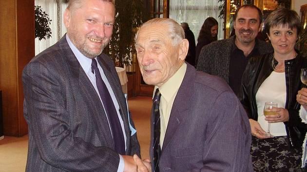 Oldřich Koudelka (vlevo) sepsal životní příběh atleta Jana Haluzy (vpravo).