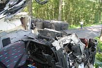 Střet dvou nákladních vozidel si vyžádal těžké zranění.