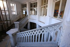 VSTUPNÍ SCHODIŠTĚ z pemrlovaného a broušeného monolitického betonu je nejvýraznějším prvkem budovy.