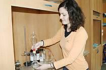 V chemické laboratoři zkoumala Pavlína Pamánková z poličského gymnázia uvolňování niklu z různých předmětů.