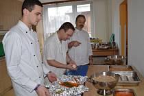 DELIKATESY PRO PRAHU. Mistři odborného výcviku a studenti z Poličky se připravovali o prázdninách na soutěž.