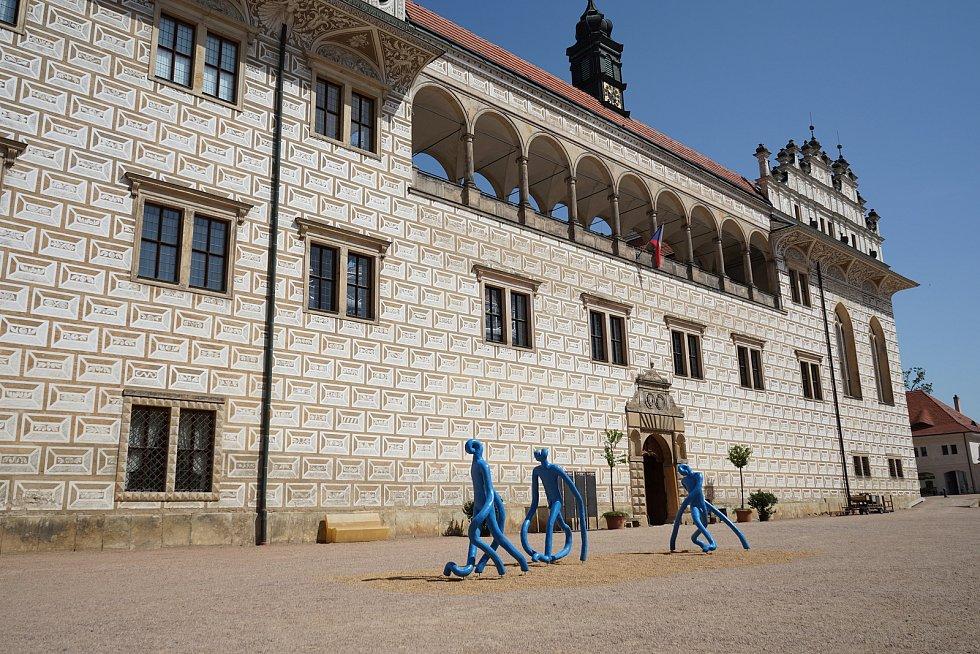 Nová umělecká instalace u zámku v Litomyšli opět budí vášně. Modří Průzkumníci od výtvarníka Michala Gabriela jsou součástí Smetanovy výtvarné Litomyšle 2019.