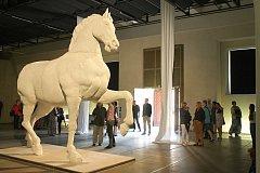 VLASTA. Takto pojmenovali autoři sochu  koně, kterou vytvořili za pomoci robota.
