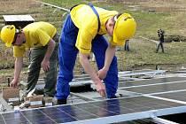 Ilustrační foto: Dělníci při instalaci solárních panelů v Opatově. Na střechu zemědělského objektu jich umístili téměř čtyři sta.