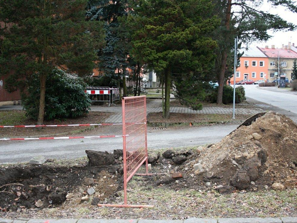 Zde potrubní kanalizace neodpovídá plánům, jak je zakreslena. Stavební práce se tudíž opozdí. Tyto technické problémy způsobují navýšení nákladů.