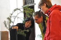 Studenti zahradnické školy v Litomyšli si vyzkoušeli tvorbu tradiční japonské ikebany. Při práci jim poradila i zkušená japonská floristka.