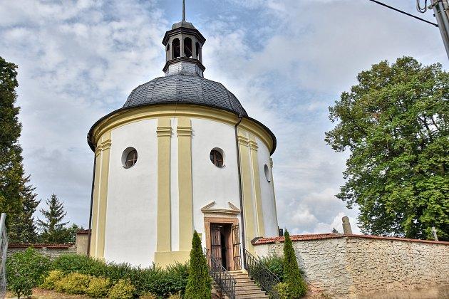 HŘBITOVNÍ KAPLE SVATÉHO ISIDORA vKřenově je unikátní raně barokní památkou. Její rekonstrukce trvala patnáct let. Nyní je celá opravená, a to včetně krásně hrajících varhan.