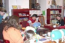 V knihovně se učí paličkovat