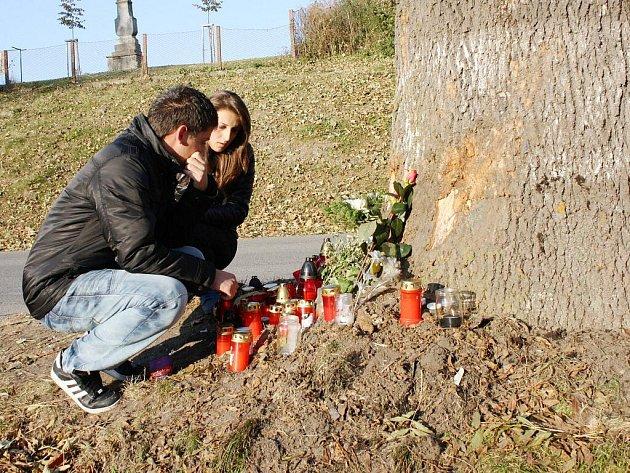 Na místo, kde vyhasly tři mladé životy, nosí lidé svíčky a květiny.