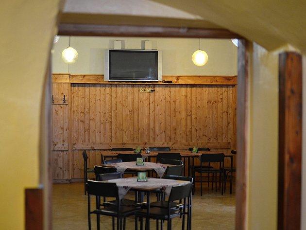 PROSTOR PRO KUŘÁKY zeje v hospodě U Rumpála prázdnotou. Nejí to však jediná hospoda, kde ubyli zákazníci.
