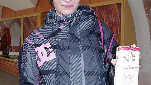 Lucie Hulová nabízela dekorativní kolíčky. Peníze od lidí putovaly do zapečetěné kasičky.