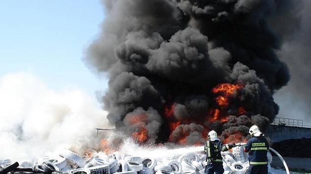 Hasiče zaměstnal požár pneumatik ve Slatině.