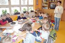 Školáci ze Svitav navštívili kamarády v první třídě.