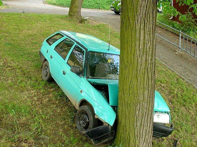 Náraz Škody Forman do stromu.