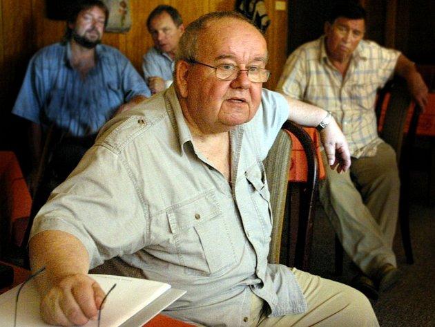 Nejuznávanější český znalec známek Pavel Pittera přednášel o padělcích ve filatelii.